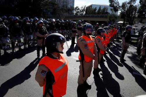 صف آرایی پلیس آرژانتین در مواجهه با اعتصاب و اعتراضات دهها هزار نفری اتحادیههای کارگری این کشور در شهر بوینوسآیرس علیه سیاستهای ریاضت اقتصادی دولت