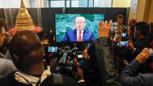 خبرنگاران حاضر در مقر سازمان ملل در نیویورک در حال پوشش زنده خبری سخنرانی دونالد ترامپ در نشست مجمع عمومی/ ایتارتاس