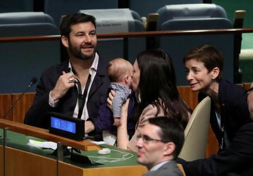 نخست وزیر نیوزیلند در حال بوسیدن فرزند نوزادش در نشست گرامیداشت نلسون ماندلا در حاشیه نشست سالانه مجمع عمومی ملل متحد در نیویورک/ رویترز