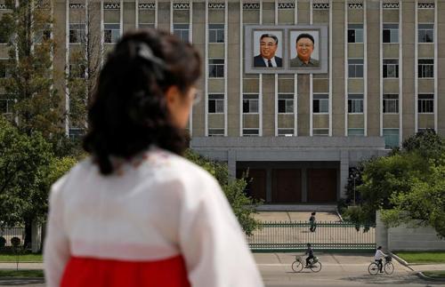 تصاویر دو رهبر سابق کره شمالی روی ساختمان ادارهای دولتی در شهر پیونگیانگ کره شمالی/ رویترز