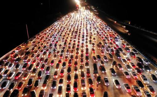 ترافیک خودروها در اتوبانی در شهر ژنگژو چین