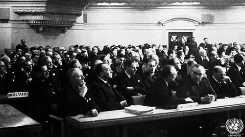 اولین جلسه مجمع عمومی سازمان ملل متحد - ۱۹۴۶بدون شک نخستین جلسه مجمع عمومی سازمان ملل متحد که در تاریخ ۱۰ ژانویه ۱۹۴۶ در لندن برگزار شد به یادماندنیترین اتفاق این مجمع است. این جلسه برای بسیاری امیدبخش بهبود روابط میان کشورها و ایجاد صلح پایدار جهانی بود.