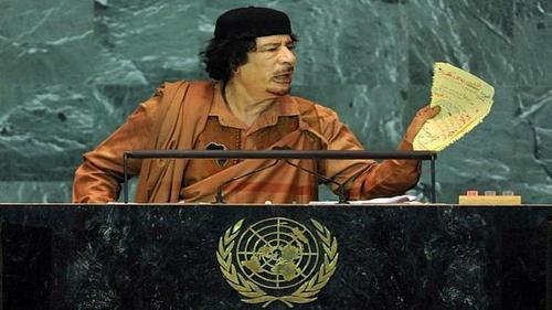 معمر قذافی - ۲۰۰۹در این سال معمر قذافی، رهبر لیبی از روی کاغذهای دستنوشته خود سخنرانی کرد. وی ۸۵ دقیقه بیش از زمان تعیین شده و در مجموع بیش از یک ساعت و نیم به سخنرانی پرداخت و منشور سازمان ملل را پاره کرد.