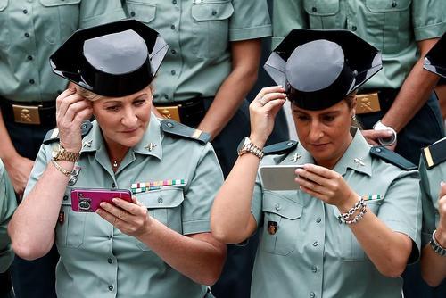 عکس یادگاری جشن سیامین سالگرد آغاز به کار زنان پلیس در اسپانیا با حضور ملکه اسپانیا/ مادرید