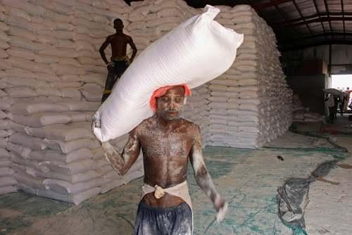 تخلیه گونیهای آرد اهدایی برنامه غذای سازمان ملل دربندر حدیده یمن / خبرگزاری فرانسه