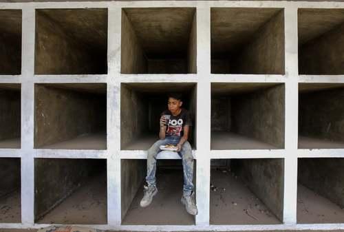 یک کارگر ساخت و ساز در حال استراحت در گورستانی در شهر