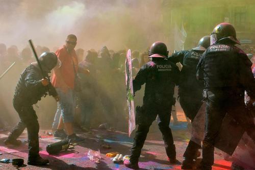 درگیری پلیس ضدشورش اسپانیا با تظاهرات طرفداران استقلال منطقه کاتالونیا در شهر بارسلونا اسپانیا