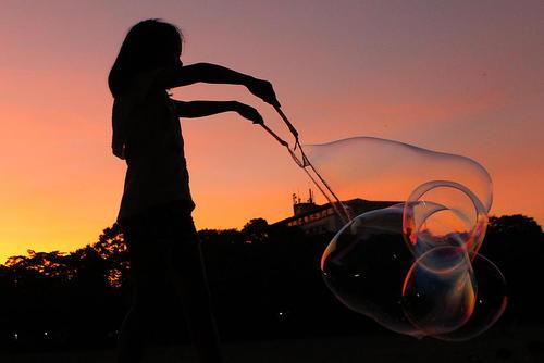 تلاش دختر بچه فیلیپینی برای درست کردن یک حباب بزرگ/ شینهوا