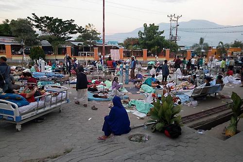 وضعیت وخیم زلزله و سونامی زدگان اندونزی/ افزایش آمار کشتهها به بیش از 400 نفر/ شینهوا