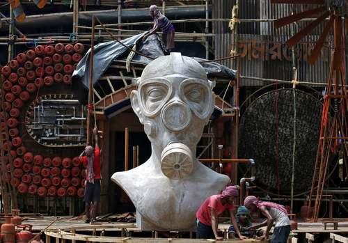 آماده کردن یک مجسمه برای جشنواره آییینی