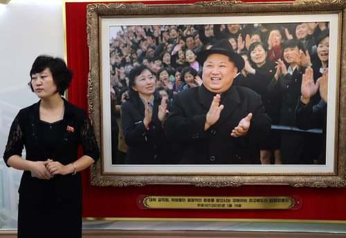 عکسی از رهبر کره شمالی در بخش اداری یک کارخانه تولید لوازم آرایشی در شهر پیونگیانگ/ ایتارتاس