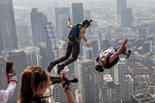 پرش 140 ماجراجو از ارتفاع 300 متری برجهای دوقلو کوالالامپور مالزی