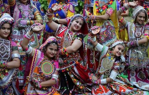 پوشش سنتی دختربچهها در یک رقص سنتی در جشنواره 9 روزه