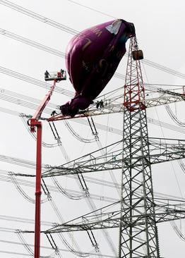 برخورد یک بالن به دکل برق در آلمان. بالن حاوی 6 سرنشین بود اما امدادگران آنها را نجات دادند و به ی آسیب نرسید./ خبرگزاری آلمان