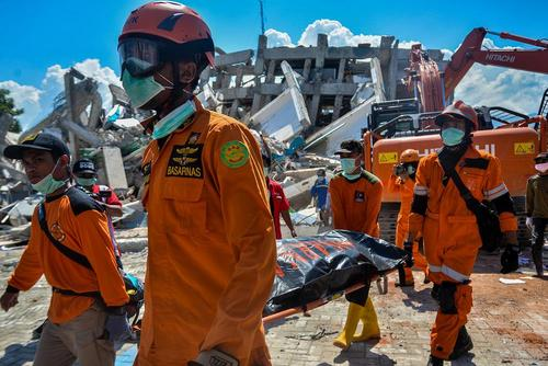 بیرون کشیدن کشته ها و زخمی های ز له و سونامی مهیب اخیر در اندونزی از زیر آوارها همچنان ادامه دارد./ شینهوا