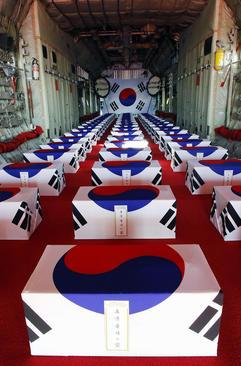بقایای اجساد 64 سرباز کره جنوبی کشته شده در جنگ دو کره در هواپیما و در حال انتقال به کره جنوبی/ یونهاپ