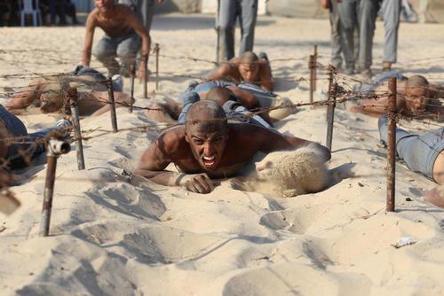 تمرینات بدنی دانشجویان آکادمی پلیس غزه/ شینهوا