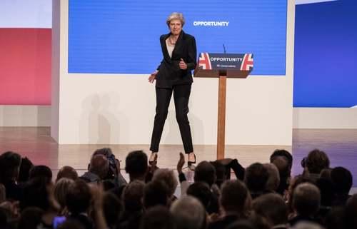 رقص نخستوزیر بریتانیا روی صحنه سخنرانی کنگره سالانه حزب محافظهکار بریتانیا در شهر بیرمنگام/ گاردین