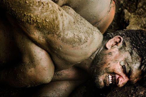 مسابقات کشتی در گلولای در هندوستان/ عکس روز وب سایت