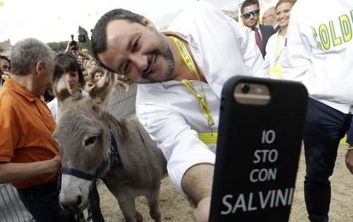 سلفی گرفتن وزیر کشور ایتالیا با یک الاغ در جریان بازدید از انجمن کشاورزان در حومه شهر رم/ آسوشیتدپرس