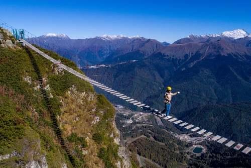 عبور از پلی در ارتفاع 2300 متری در یک مجموعه اسکی در