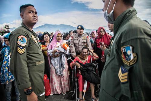انتقال مجروحان و صدمهدیدگان زلزله و سونامی اخیر اندونزی با هواپیما از شهر پالو اندونزی