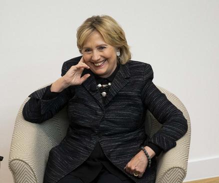 هیلاری کلینتون در مراسمی برای سخنرانی و رونمایی از مجسمه