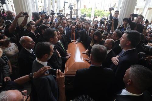 مراسم تشییع جنازه یکی از رهبران مخالفان حکومت ونزوئلا در شهر کاراکاس