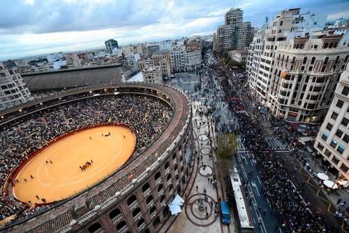 تظاهرات ضد فاشیستی در شهر والنسیا اسپانیا همزمان با برگزاری نمایش گاوبازی در استادیوم ویژه گاوبازی در این شهر/ خبرگزاری فرانسه