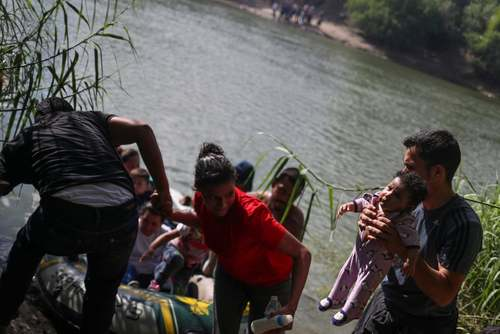ورود مهاجران غیرقانونی از مرز مکزیک به آمریکا/ رویترز