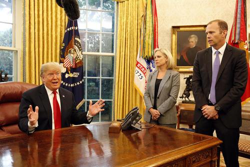 دیدار وزیر امنیت داخلی و مدیر شرایط اضطراری فدرال آمریکا با ترامپ در کاخ سفید درباره توفان