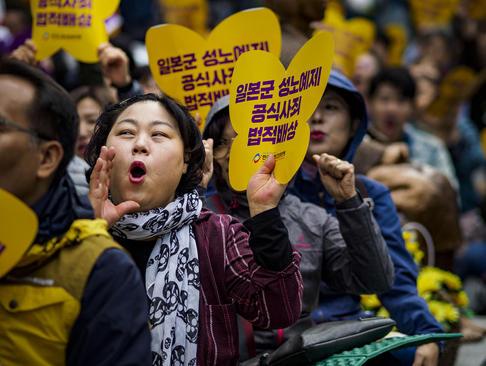 تظاهرات شهروندان معترض کره جنوبی علیه اقدام دولت ژاپن در استفاده از زنان کرهای به عنوان برده جنسی در دوران جنگ دوم جهانی / سئول