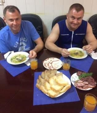 غذا خوردن دو فضانورد روسی و آمریکایی پس از فرود اضطراری در پی پرتاب ناموفق فضاپیمای سایوز روسی / پایگاه فضایی بایکونور قزاقستان/EPA