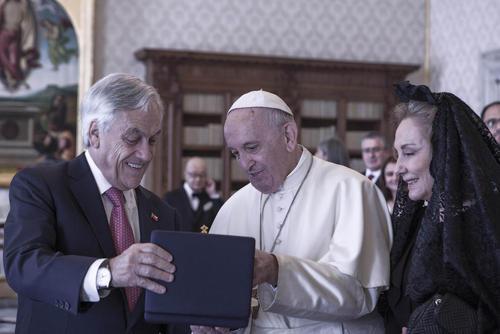 هدیه رییس جمهوری شیلی و همسرش به پاپ فرانسیس / واتیکان