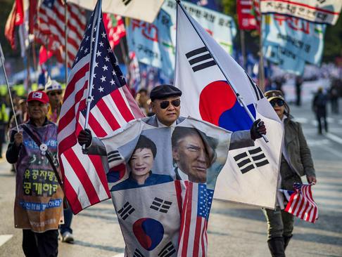 تظاهرات علیه اعلام سیاست جدید رییس جمهوری کره جنوبی در برداشتن تحریم های کره شمالی/ سئول