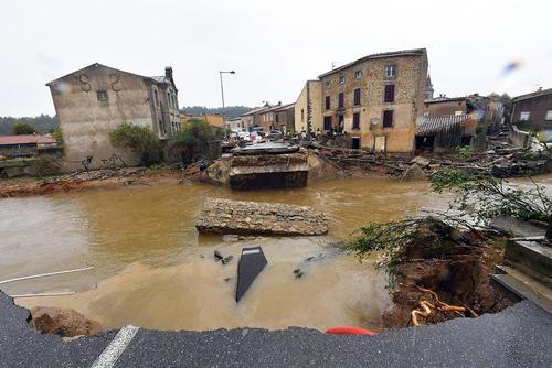 فروریختن یک پل در اثر سیل و رانش زمین در جنوب فرانسه