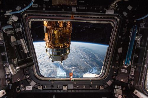پنجره ایستگاه فضایی بینالمللی رو به زمین/عکس: ناسا