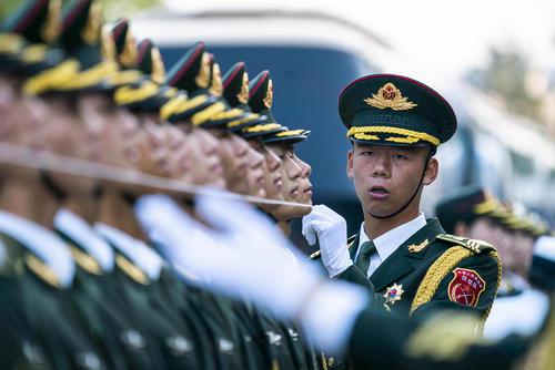 آمادهسازی گارد تشریفات ارتش چین برای مراسم استقبال رسمی از پادشاه نروژ/ پکن