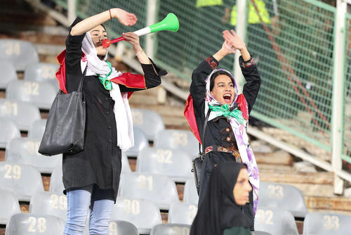حضور زنان و دختران ایرانی در استادیوم آزادی/ عکس: سعید زارعیان؛ خبرگزاری آلمان