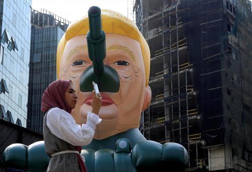 عکس گرفتن با تانک ترامپ در نمایشگاهی هنری در بیروت لبنان/ رویترز