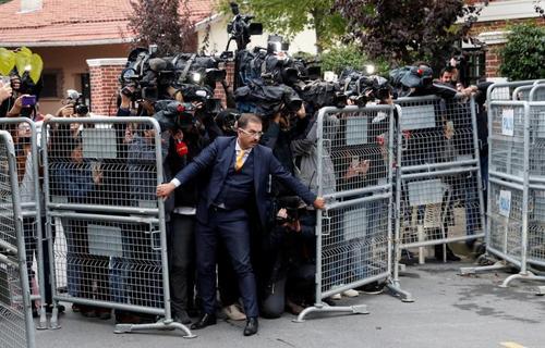 ازدحام خبرنگاران و عکاسان خبری در مقابل حفاظ امنیتی کنسولگری سعودی در شهر استانبول/ رویترز