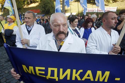 تظاهرات جامعه پزشکان و پرستاران اوکراینی در مقابل دفتر نخست وزیری در شهر کییف