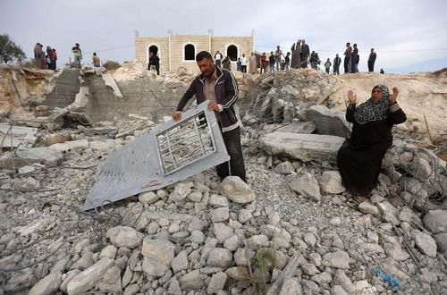 بولدوزرهای ارتش اسراییل خانه یک فلسطینی را در منطقه اشغالی کرانه غربی ویران کردند.