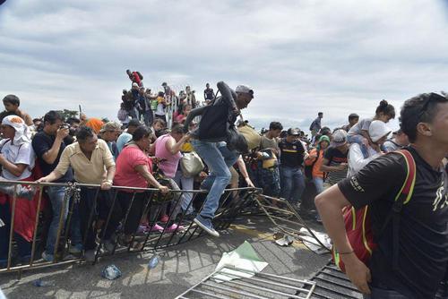 تلاش صدها مهاجر هندوراسی برای عبور به داخل مرز مکزیک