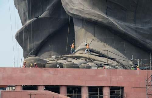 پاهای بزرگ ترین مجسمه جهان متعلق به یک هندی از ان استقلال این کشور/ خبرگزاری فرانسه