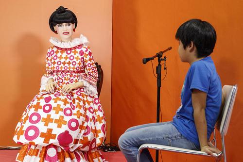 نمایش یک روبات شبیه سازی شده از یک مجری تلویزیونی مشهور در ژاپن در نمایشگاه روبات در توکیو