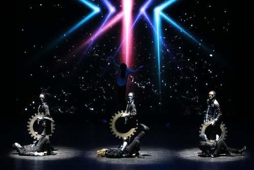 اجرای برنامه یک گروه هنری کره ای در یازدهمین جشنواره دوستی کره – عرب در سالن آمفی تئاتر
