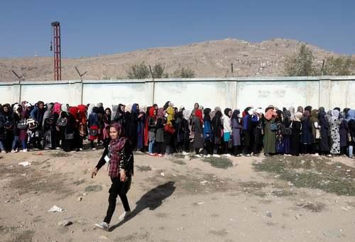 صف زنان برای رای دادن در انتخابات پارلمانی افغانستان/ کابل/ رویترز