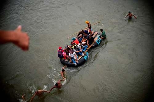 ورود مهاجران هندوراسی از راه رودخانه به مرز مکزیک/ خبرگزاری فرانسه