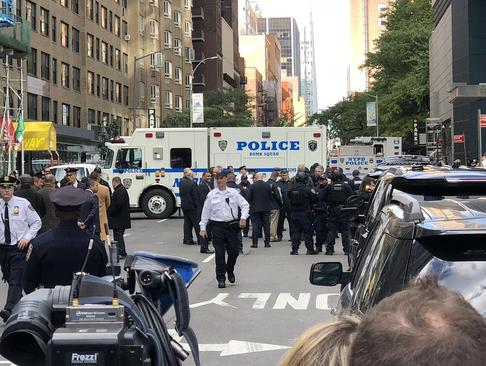 حضور پلیس و نیروهای امنیتی در مقابل دفتر شبکه خبری سیانان آمریکا در شهر نیویورک به دنبال ارسال بسته حاوی بمب دستساز به دفتر این شبکه و دفتر چند سیاستمدار دموکرات آمریکا/ شینهوا